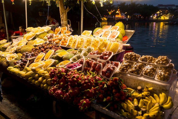 Mercado nocturno de comida callejera de vietnam con frutas