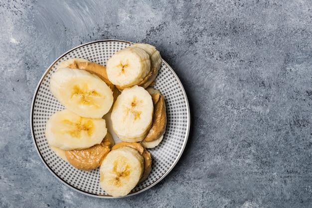 Merienda ligera y saludable hecha de rodajas de plátano y mantequilla de anacardo