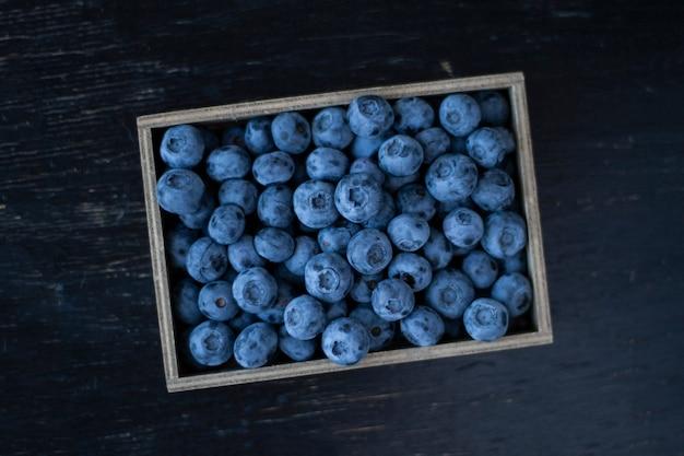 Una merienda sabrosa y saludable: arándanos jugosos y dulces.