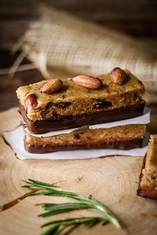 Merienda saludable almendra avena granola energy bar.