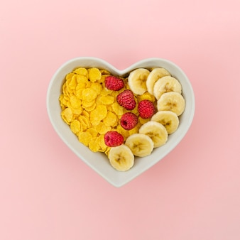 Merienda saludable con copos de maíz y frutas