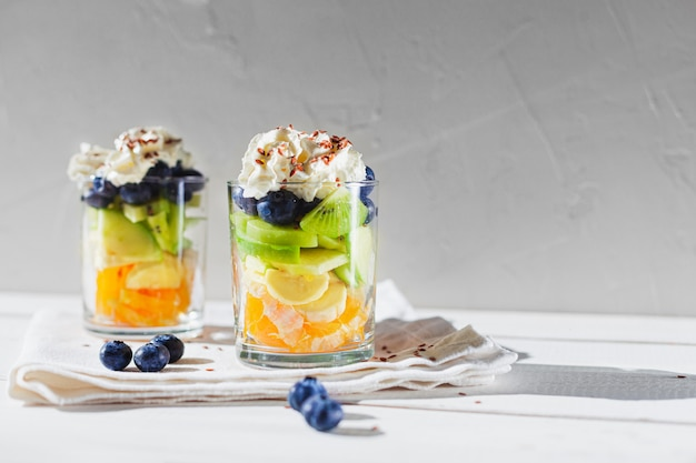 Merienda saludable ensalada de frutas con espacio de copia