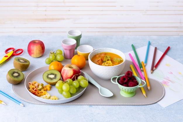 Merienda saludable para niños y golosinas con frutas frescas