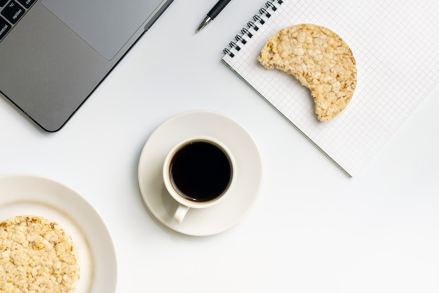 Merienda saludable en el trabajo durante el tiempo de descanso