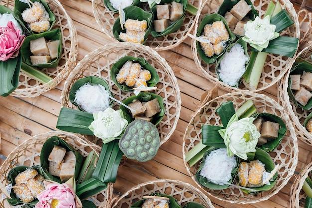 Merienda tailandesa y postre en cesta