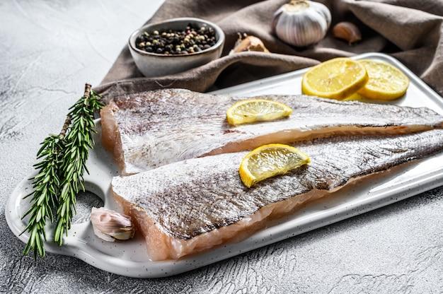Merluza de filete crudo blanco pescado.