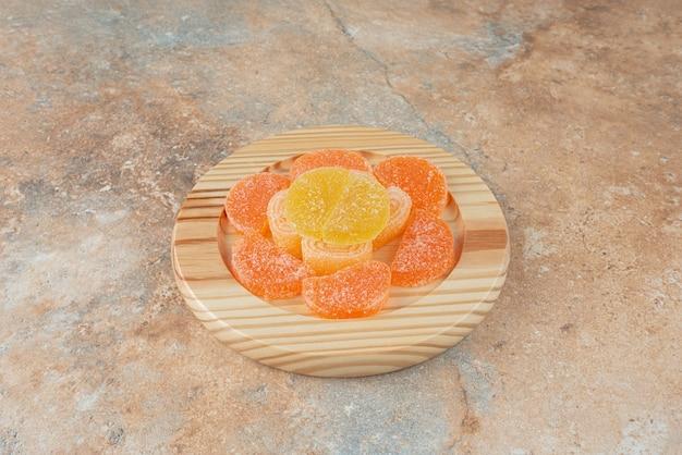 Mermelada de azúcar en tablero de madera sobre fondo de mármol