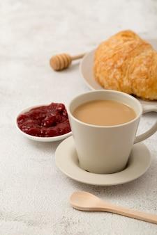 Mermelada casera fresca y jugosa y café de la mañana