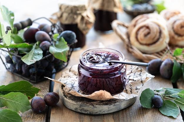 Mermelada de ciruela casera dulce y frutas en una mesa de madera