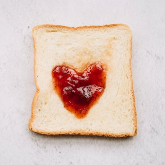 Mermelada en forma de corazón en pan tostado