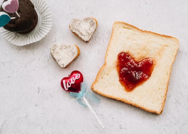 Mermelada en forma de corazón sobre tostadas con dulces.