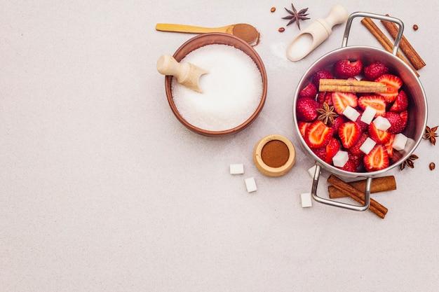 Mermelada de fresa. ingredientes para hacer postres caseros dulces