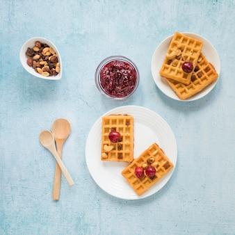 Mermelada y gofres para el desayuno