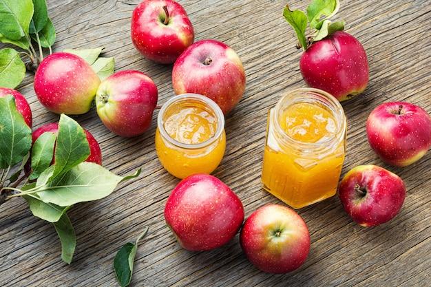 Mermelada de manzana y frutas frescas