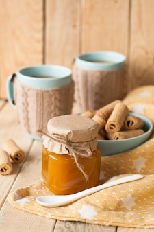 Mermelada de manzana, galletas y café con leche para el desayuno.