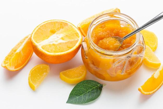 Mermelada de naranja de alto ángulo en frasco