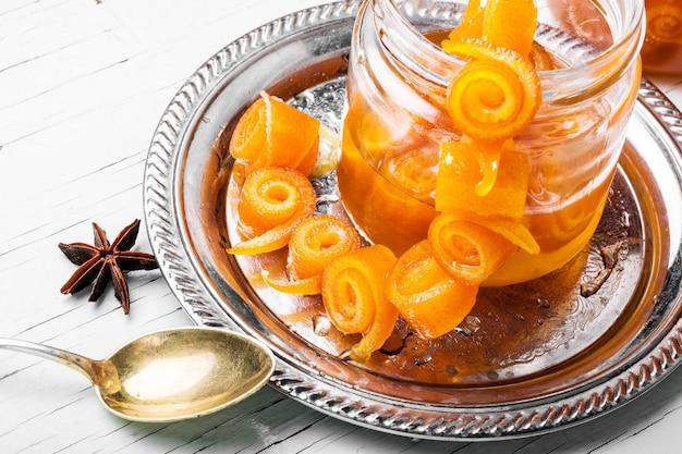 Mermelada de naranja en frasco de vidrio