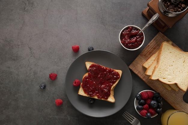Mermelada natural casera dulce en rebanada de pan