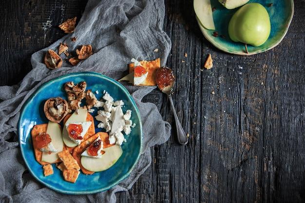 La mermelada natural de frutas en la mesa de madera
