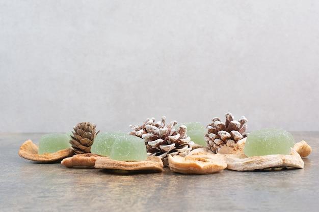 Mermelada verde con frutos secos y piñas sobre fondo de mármol. foto de alta calidad