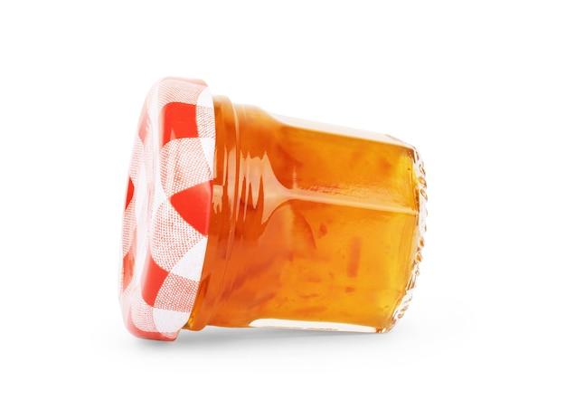 Mermeladas de colores en frascos de vidrio aislado sobre fondo blanco.
