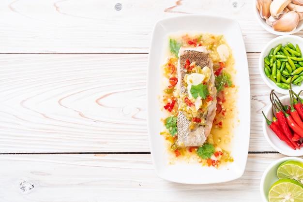 Mero al vapor filete de pescado con salsa de limón y chile en aderezo de limón