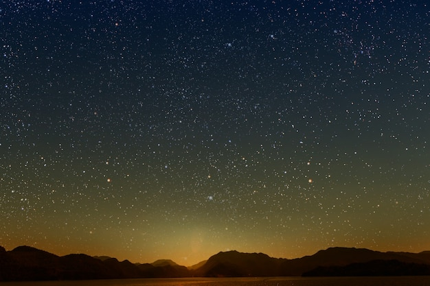 Mes en un cielo estrellado de pared reflejado en el mar.