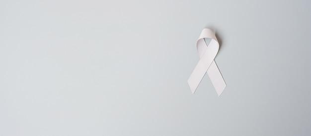 Mes de concientización sobre el cáncer de cerebro, cinta de color gris para apoyar a las personas que viven. concepto de salud y día mundial contra el cáncer