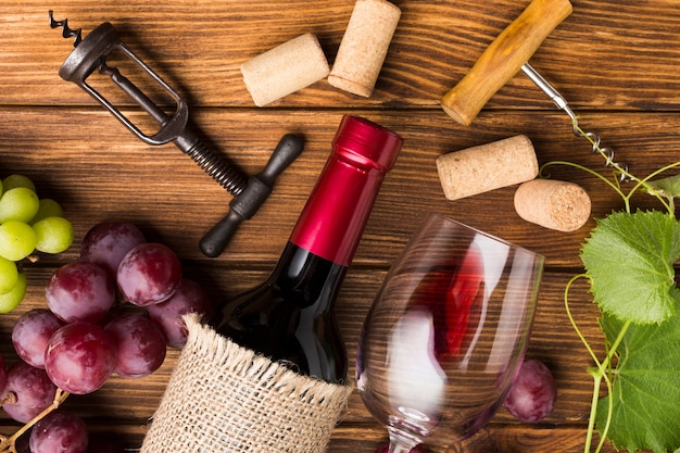 Mesa abarrotada con necesidades de vino.