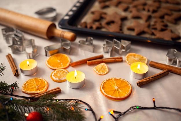 Mesa con accesorios para hornear y adornos navideños