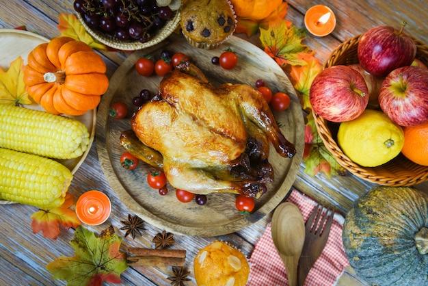 Mesa de acción de gracias celebración marco tradicional comida o mesa de navidad decorada con muchos tipos diferentes de comida cena de acción de gracias con frutas de pavo y vegetales servidas en vacaciones