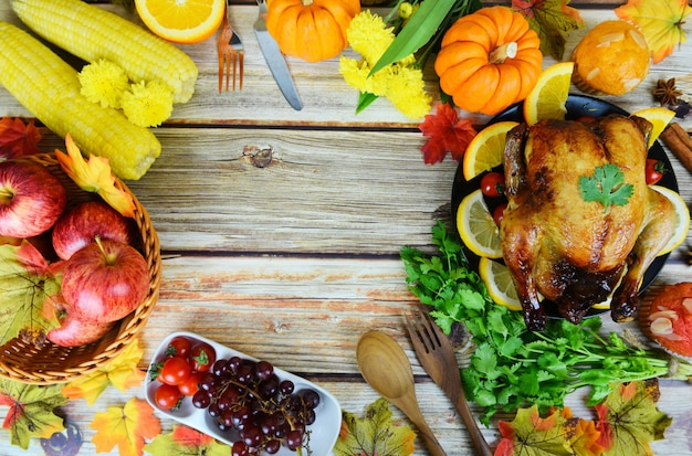 Mesa de acción de gracias celebración marco tradicional comida o mesa de navidad decorada con muchos tipos diferentes de comida cena de acción de gracias con frutas de pavo y vegetales servidas en la vista superior de vacaciones