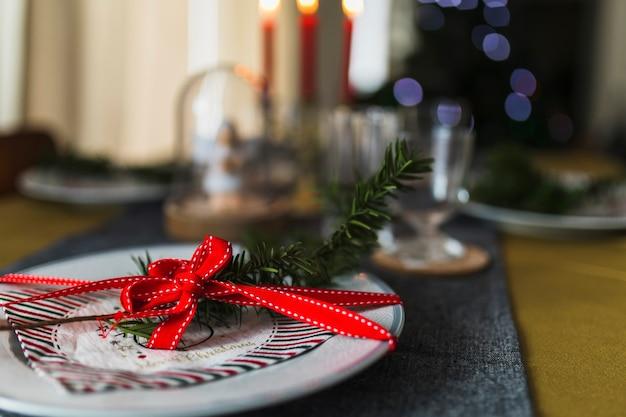 Mesa adornada para navidad.