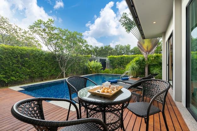 Mesa al aire libre junto a la piscina en una casa de lujo