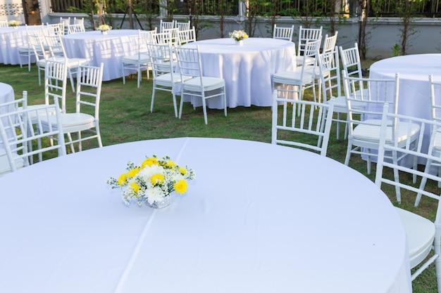 Mesa al aire libre en la recepción de la boda