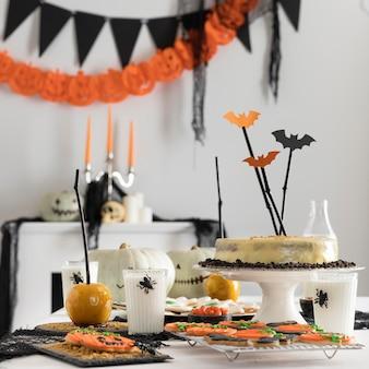 Mesa de alto ángulo con golosinas y decoraciones de fiesta de halloween