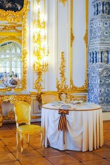 Mesa antigua para celebraciones majestuosas.