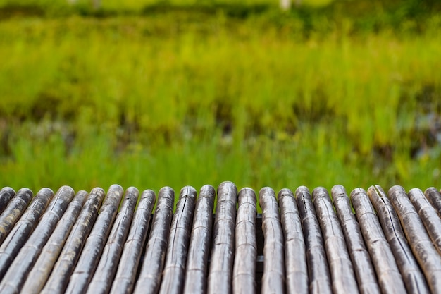 Mesa de bambú para montaje de productos.