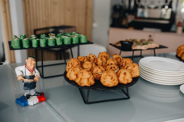 Mesa de banquete de catering bellamente decorada con diferentes bocadillos y aperitivos en eventos corporativos de fiesta de cumpleaños de navidad o celebración de bodas