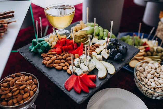 Mesa de banquete decorada con aperitivos en una boda
