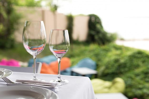 Mesa de banquete para invitados al aire libre con vista a la naturaleza verde.