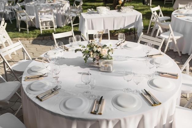 Mesa de banquete para invitados al aire libre con vista a la naturaleza verde
