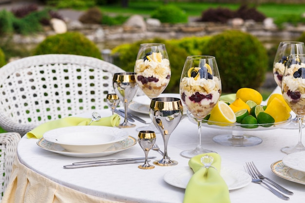 Mesa de banquete ricamente decorada con servilletas con anillo de diamantes en el banquete
