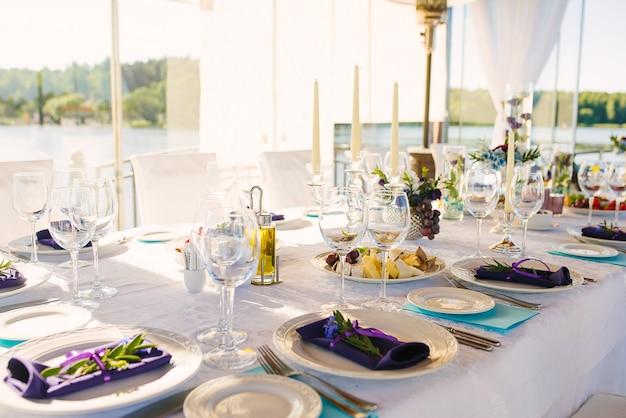 Mesa de banquete con servicio festivo
