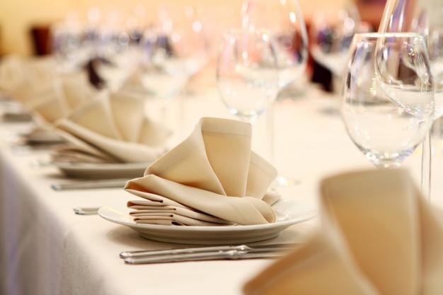 Mesa de banquete con servicio de restaurante.