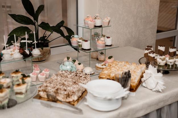 Mesa de bar servida con una variedad de dulces.
