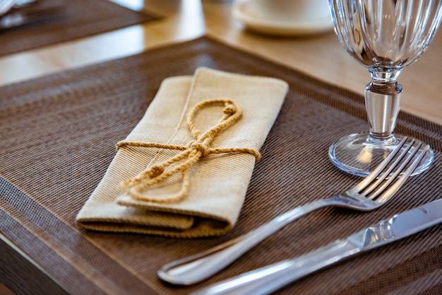 Mesa bellamente servida en un restaurante. enfoque selectivo
