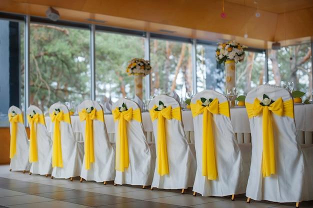 Mesa de boda con decoración.