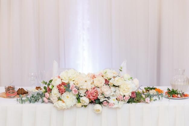 Mesa de boda decorada y decorada con flores.