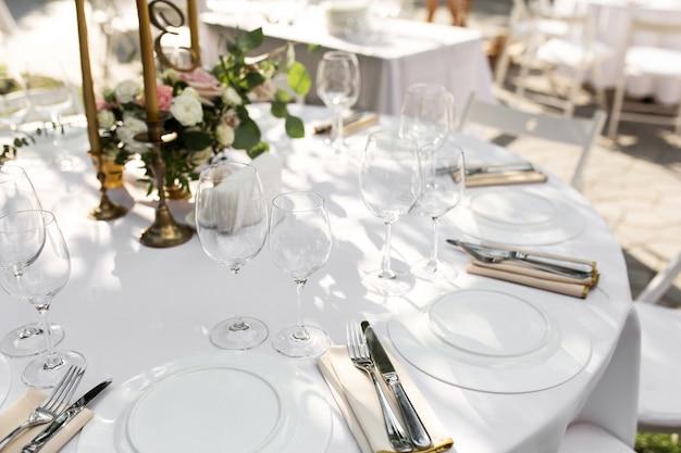 Mesa de boda decorada. mesa de banquete para invitados al aire libre con vista a la naturaleza verde